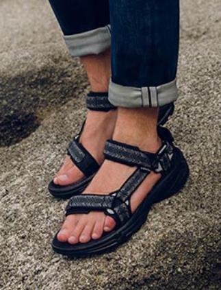 wandeluitrusting wandelaar wandelaars wandeling wandelingen  sandalen wandelschoenen