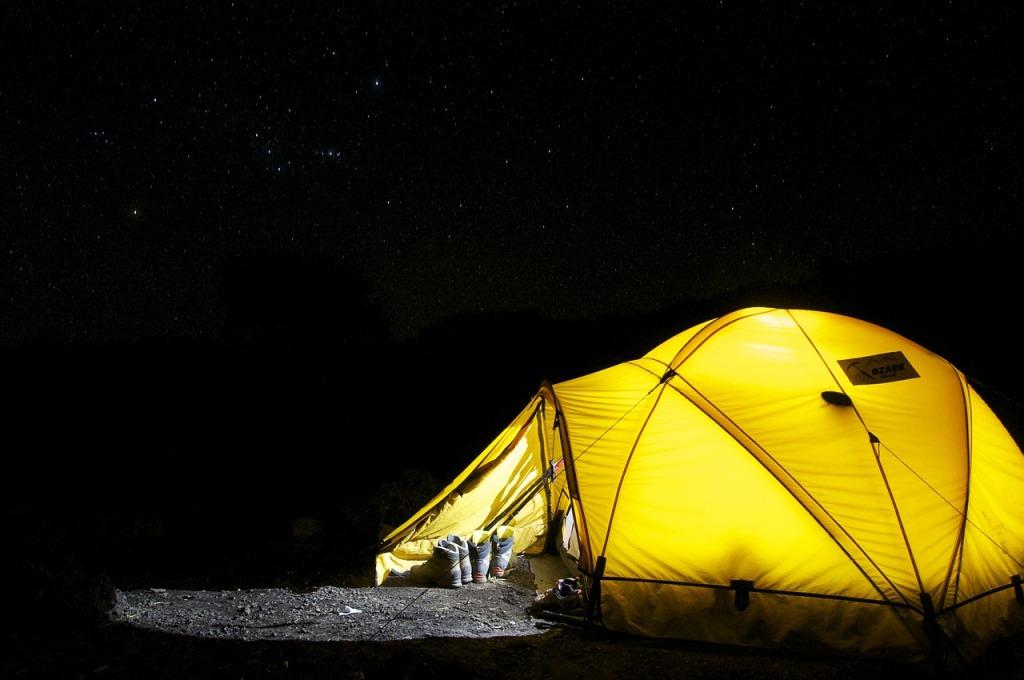 Kamperen tent donker backpacken hiken hiking