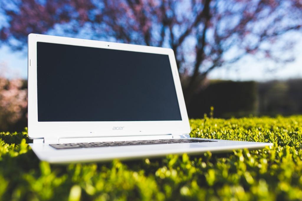 laptop buitenhuis werken natuur tuin