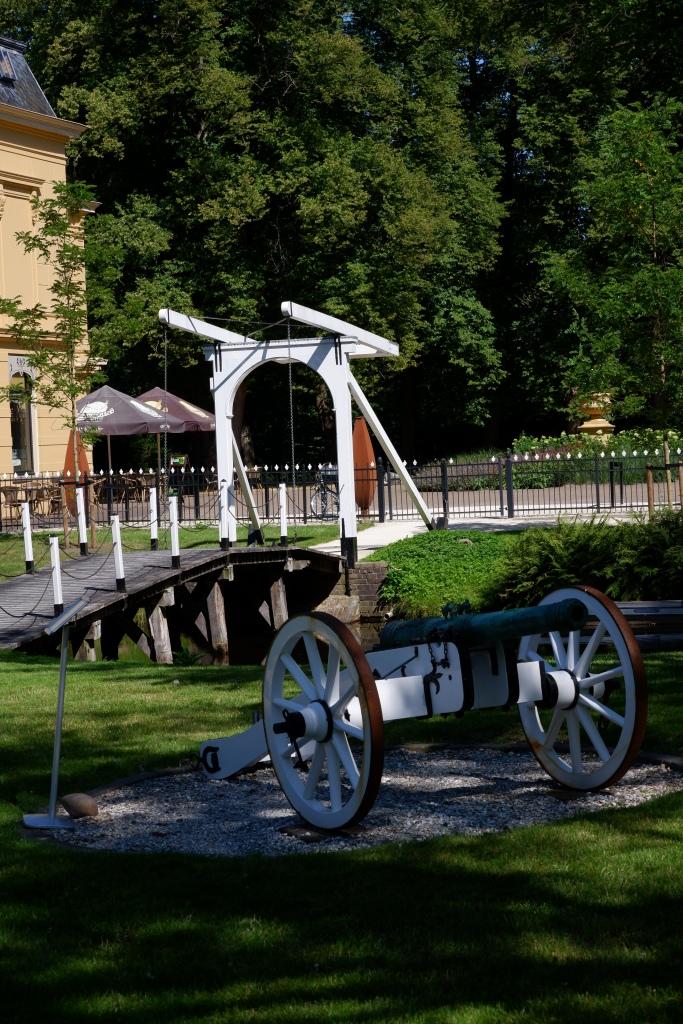 Nienoord Borg Koetsenmuseum Leek Groningen wandelen fietsen poort kanon