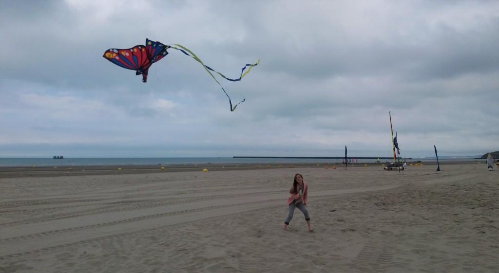 zee strand dagjeuit kinderen daguitstap spelen vlieger