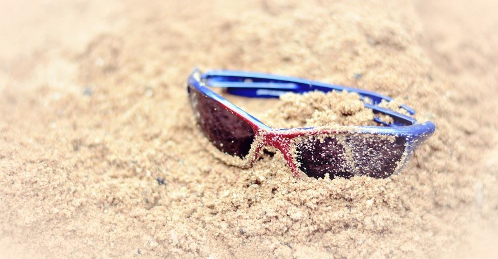 zee strand dagjeuit kinderen daguitstap spelen vlieger zonnebril